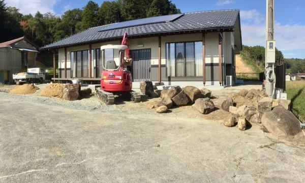 石組み作業中。計15トンほどの丸森石を使用しました。