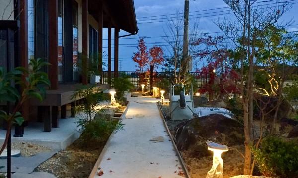 ガーデンライトは夜間の安全・防犯の役割もあるが、庭の夜の景を映し出します。