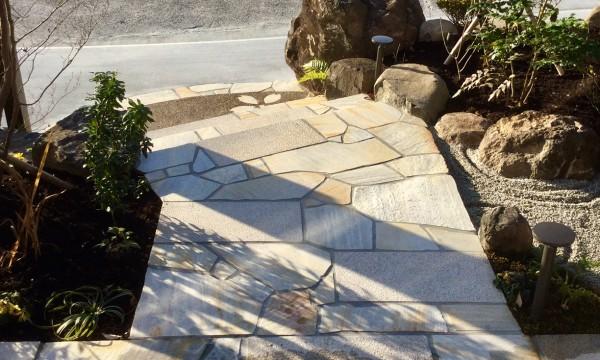 玄関からのアプローチに門柱とシンボルツリーの影が映る。これもまた一つの景である。