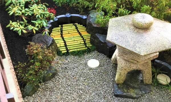 アフター③ 元々のお庭にあった材料(石・灯篭・植木)を出来るだけ使用し、新しい坪庭を造りました。マンホールは竹細工を乗せることで、井戸の雰囲気が出ます。