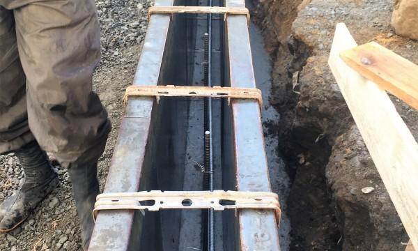 既存ブロック塀解体後 新たにブロック塀を施工。写真はブロック塀の基礎となるコンクリートを打設する準備中。