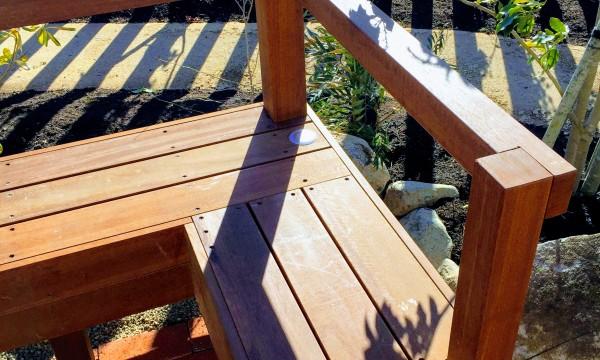 ウリン材パーゴラのベンチ