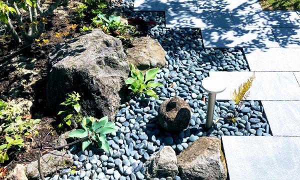 和のテイストがお好みという事でしたので、インターロッキングの平板ですが、配置を工夫し、自然石を絡め、植栽も和物を多めに配置しました。