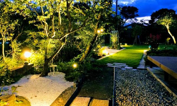 「苔庭」を通り「バラ園」へ。ライティングは、既存の大木を中心に下からライトアップし、ポールライトは足元や庭の細部を照らすタイプのものを設置しました。