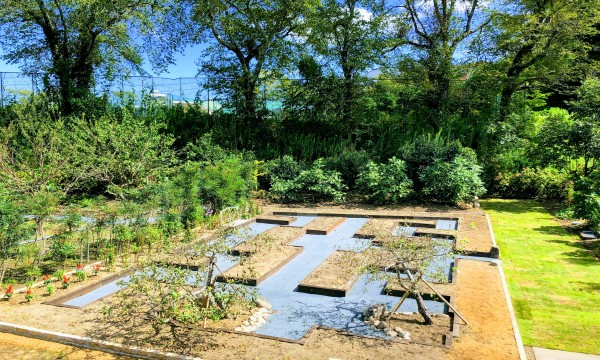「彩りの庭」2。お施主様がお好きなお花を植える花壇を迷路風にアレンジしました。