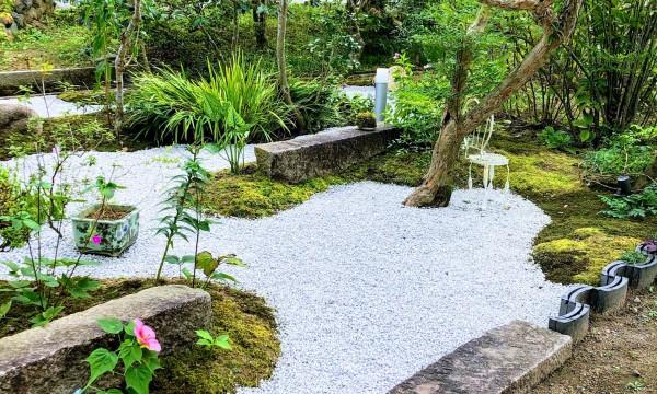 「苔庭」土留めで使われていた御影石の縁石をアレンジ。自生の苔に新しい苔を追加しました。